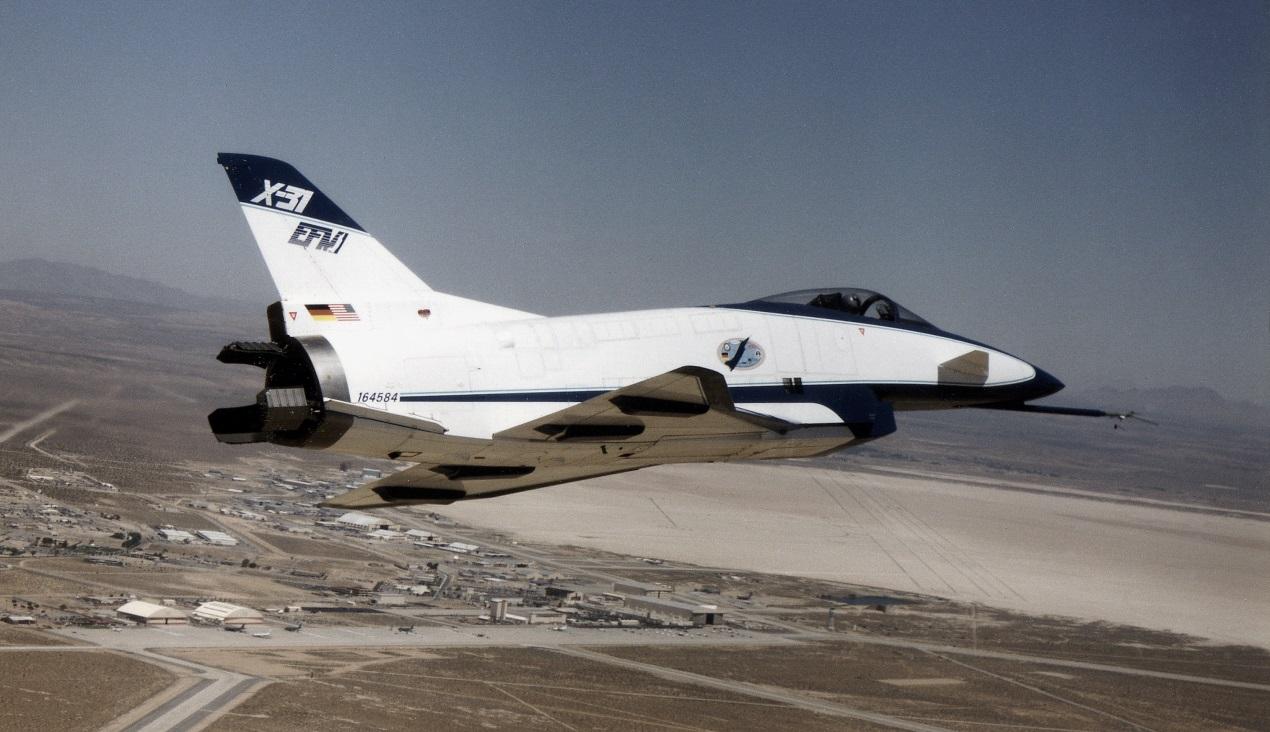 这时推力就发挥了和飞机操纵面一样的作用